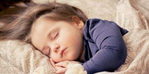 tips menjaga kesehatan anak tidur cukup